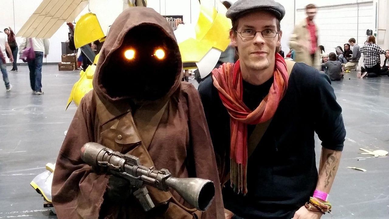 Carlos Eriksson at MCM London Comic Con posing next to a cos-player dressed as a Jawa from Star Wars.